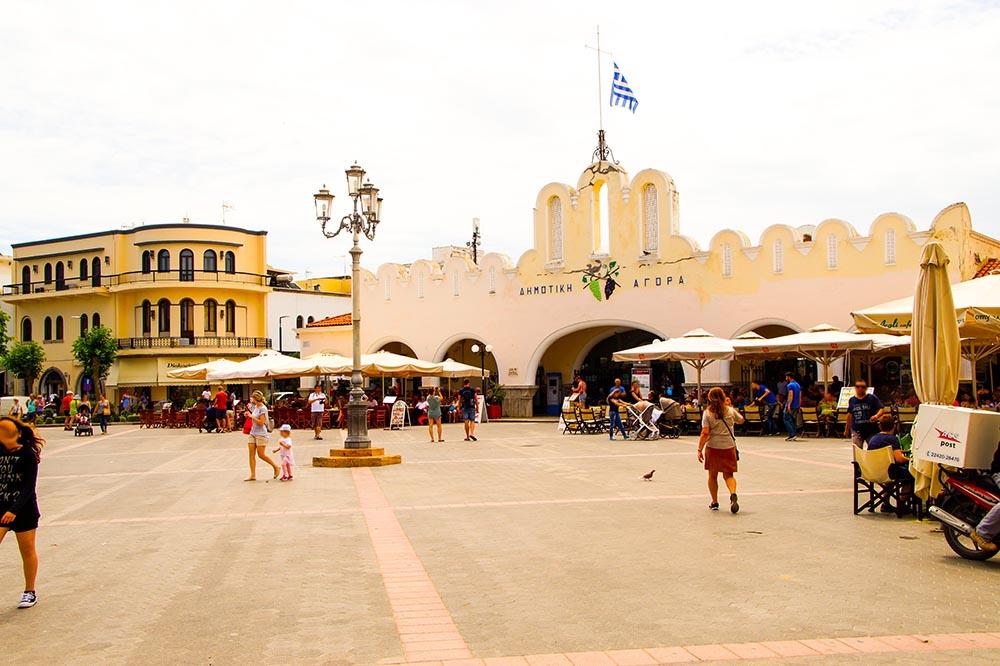 Großer Platz in Kos City, Griechenland mit vielen Restaurants.