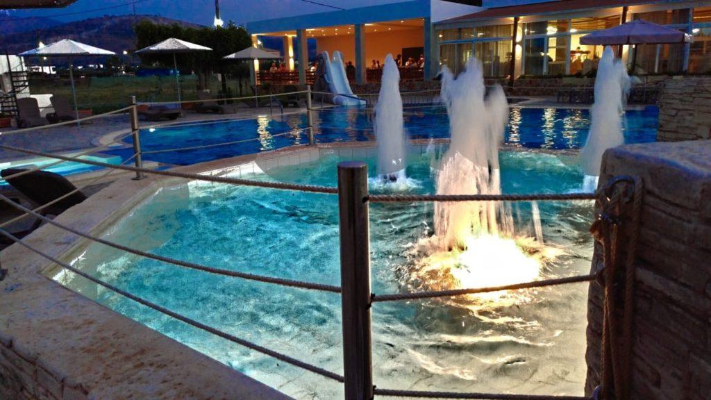 Beleuchteter Pool am Abend.