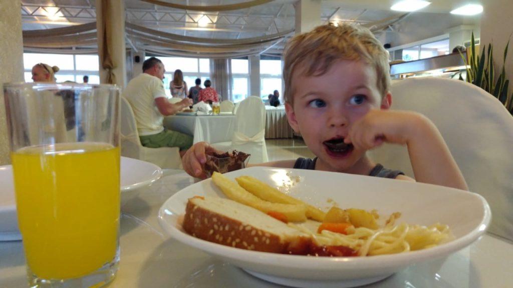 Kind ist im Restaurant des Hotels.