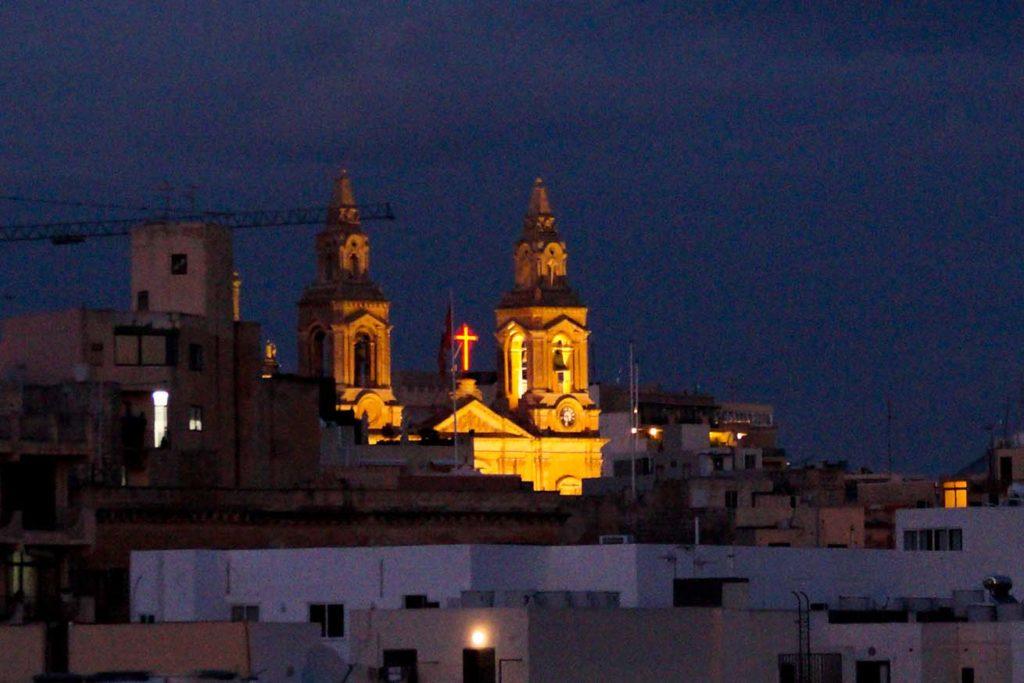 Kirche in Sliema, Malta bei Nacht.