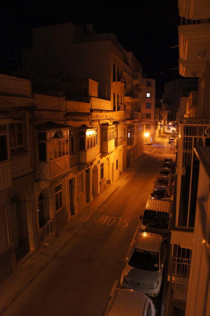 Eine Nebenstraße in Sliema bei Nacht.