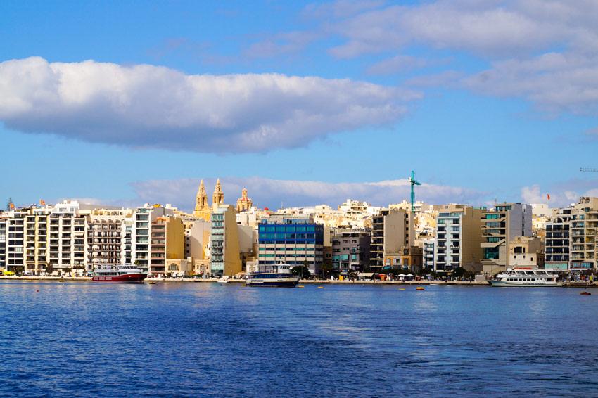 Sicht von der Fähre auf das blaue Wasser und die Stadt Sliema, Malta
