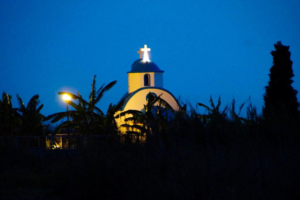 kleine weiße Kirche mit blauem Dach in Tigaki, Kos, Griechenland.
