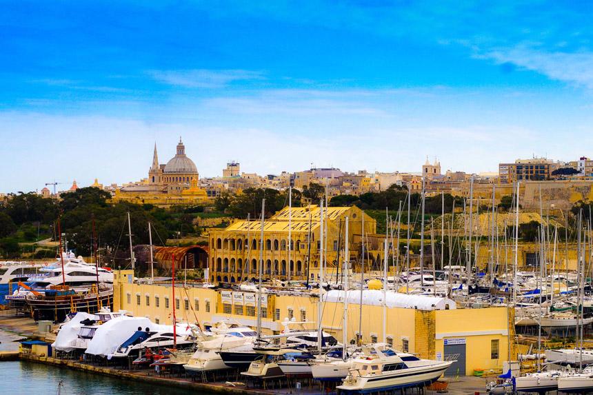 Blick auf den Hafen von Sliema. Zu sehen sind viele Boote und Jachten. Dahinter ist Manoel Island und am Horizont ist Valetta zu sehen.