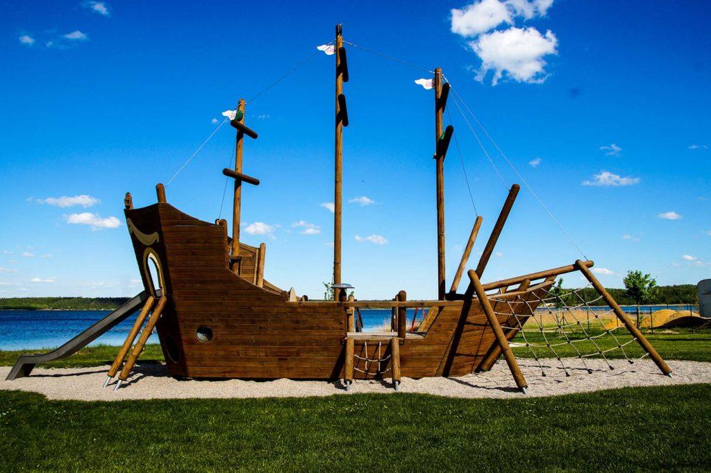 Spielplatz in Form eines Segelschiffes am Haselbacher See.