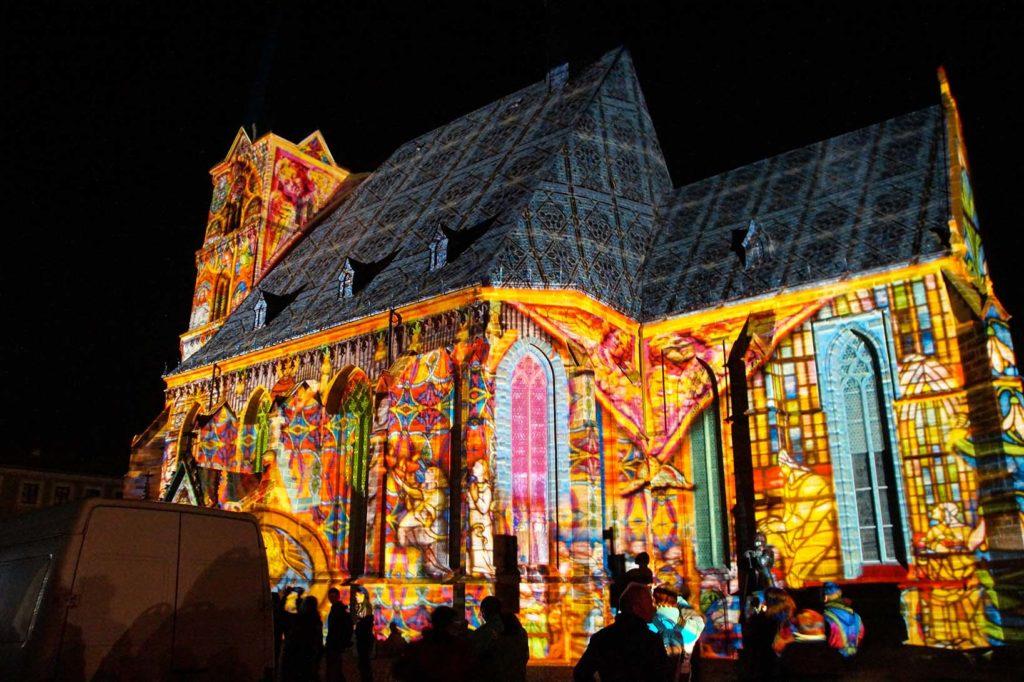Bunt beleuchtete Kirche im Zentrum von Zwickau zum Lichterfest.