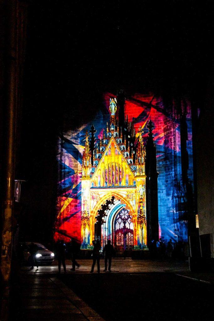 Bunt beleuchtete gotische Kirche zum Lichterfest in der Altstadt in Zwickau.