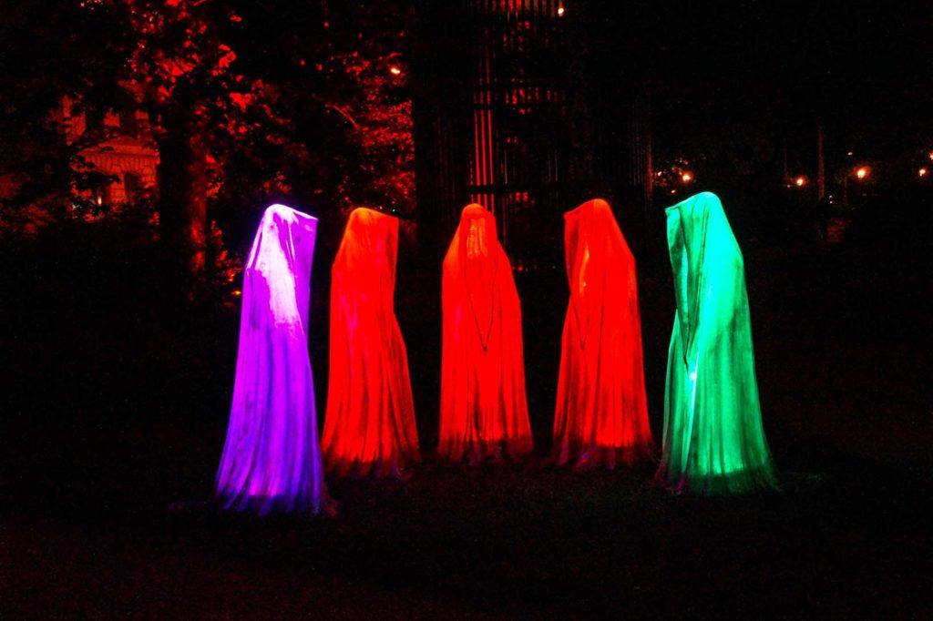 Gruslige Figuren mit langen Gewändern, die selbst bunt leuchten standen in einem Park in Zwickau zum Lichterfest.