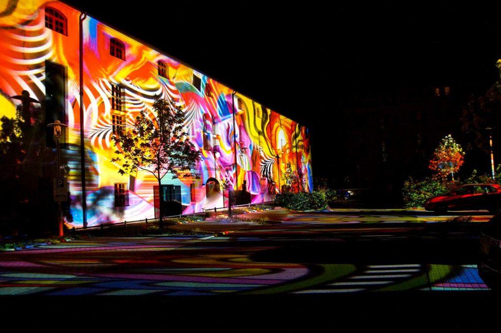 Bunt beleuchtetes Haus und Parkplatz zum Lichterfest in Zwickau