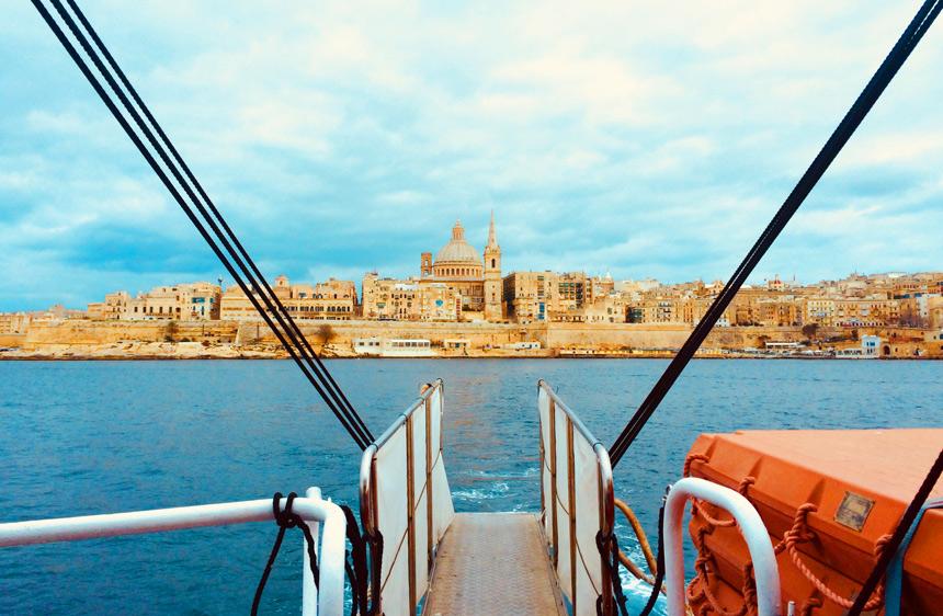 Blick von der Fähre auf das blaue Meer und auf Valetta, Malta.