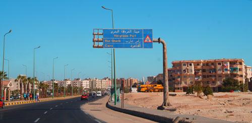 Straße mit Straßenschild in Hurghada, Ägypten