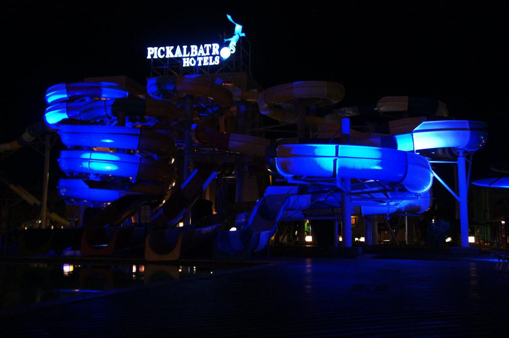 Nachts Blau beleuchtete Rutschen im Albatros Aqua Park Resort.