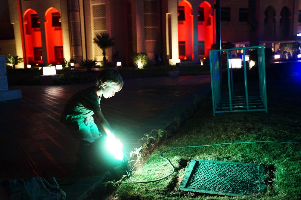 Kind tippt auf LED-Scheinwerfer mit Touch-Funktion im Farbe zu ändern.