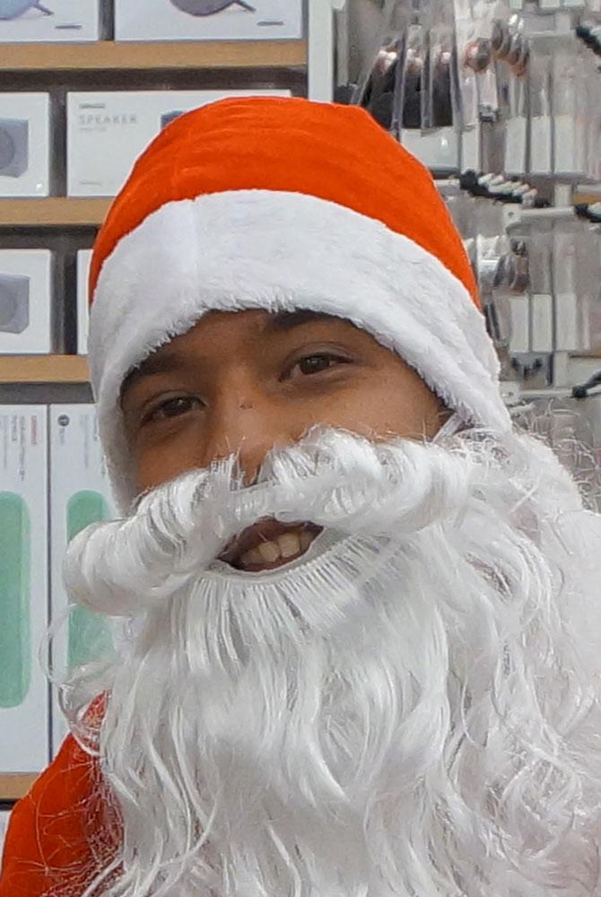 Ägyptischer Weihnachtsmann in der Senzo Mall in Hurghada.